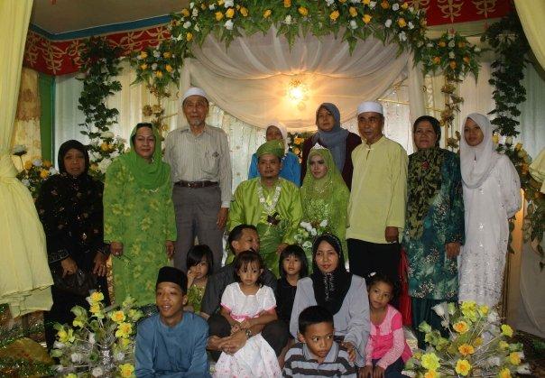 Pengantin berpakaian Hijau bersama-sama ahli keluarga. Kelihatan Tuan Hj Salam dan isteri (Tua Sally) bergambar untuk kenang-kenangan di hari bersejarah itu